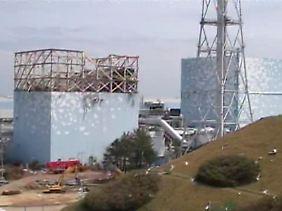 Seit den Explosionen in den ersten liegen die Reaktoren frei. Radioaktiver Dampf gelangt seit dem ungehindert in die Luft.