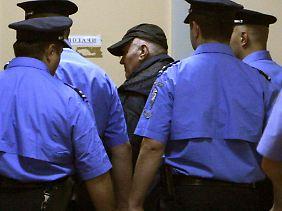 Mladic wird von der Polizei abgeführt.