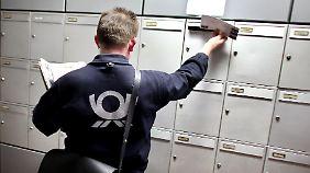Der Postbote bringt nicht nur die Briefe, er registriert auch, wenn sich Namensschilder ändern.
