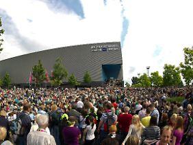 Tausende Menschen warteten vor der Halle.