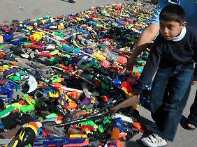 Aktion gegen Gewalt: Kinder geben in Ciudad Juárez ihre Spielzeug-Waffen ab.
