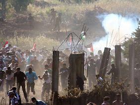 Israelisches Militär geht mit Tränengas gegen  Demonstranten vor.