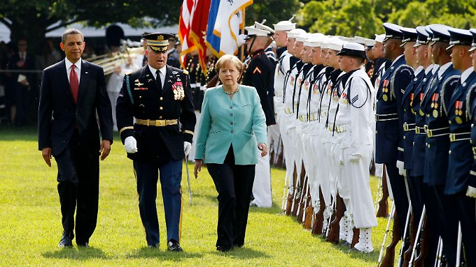 Salut, militärische Ehren, beide Nationalhymnen: Merkel ist kein Staatsoberhaupt, wird aber von Obama so empfangen.