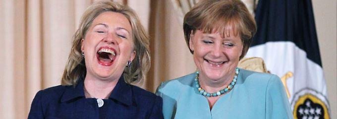 Löst Hillary Clinton Merkel bald als mächtigste Frau ab? Beide trafen sich unter anderem 2011 bei einem Essen im US-Außenministerium.