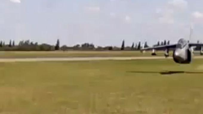 Der Jet rast nur knapp über der Wiese an den Soldaten vorbei.