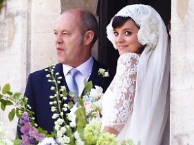 Am Arm ihres Vaters Keith ging es für Lily Allen rein in die Kirche...