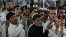 Wahlkampf in Afghanistan: Mit ihren Handys fotografieren Wähler den schließlich gescheiterten Präsidentschaftskandidaten Ashraf Ghani Ahmadzai. Kandahar, 15. August 2009.