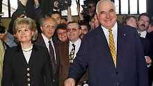Bundeskanzler Helmut Kohl geht  mit seiner Frau Hannelore 1998 zur Bundestagswahl in seinem Heimatort Oggersheim.