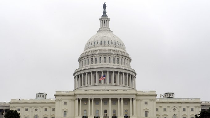 Der Schuldenstreit zwischen Demokraten und Republikanern lähmt die US-Regierung und ruft den IWF auf den Plan.
