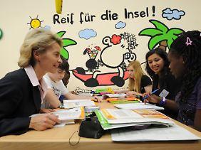 Von der Leyen besucht den Nachhilfeunterricht in der Stadtteilschule Barmbek/Fraenkelstraße in Hamburg.