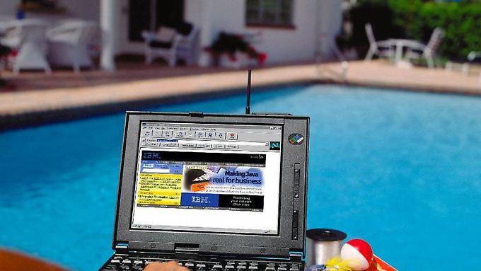 """""""Surfend"""" an den Pool - wer den Urlaub online bucht, sollte auf Nummer sicher gehen."""