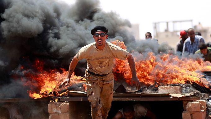 Rebellen beim Kampftraining in Benghasi: Frankreich räumt die Lieferung von Waffen ein.