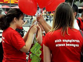 Das DRK wirbt in Berlin für den Freiwilligendienst.