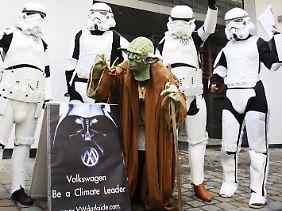 In Brüssel zogen Greenpeace-Aktivisten auch ganz real in Star-Wars-Uniformen auf.