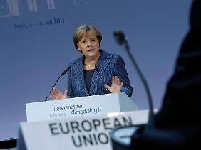 2011 unternimmt Merkel mit dem Peterberger Dialog einen neuen Versuch, etwas zu bewegen.