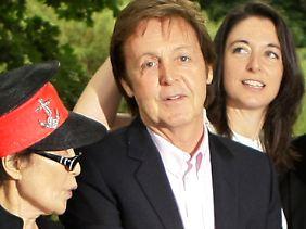 Paul McCartney mit Yoko Ono (l.) und seiner Tochter Mary im Jahr 2009.