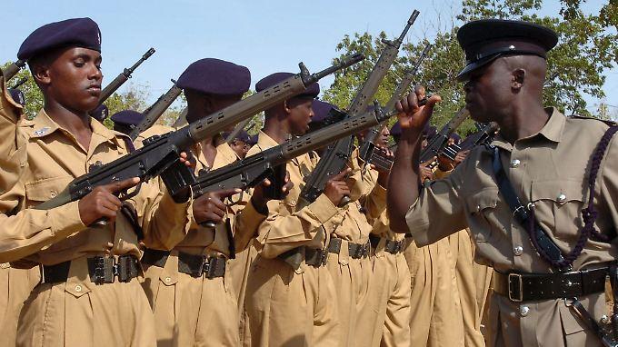 Rekruten der somalischen Polizei mit G3-Gewehren eines deutschen Herstellers.