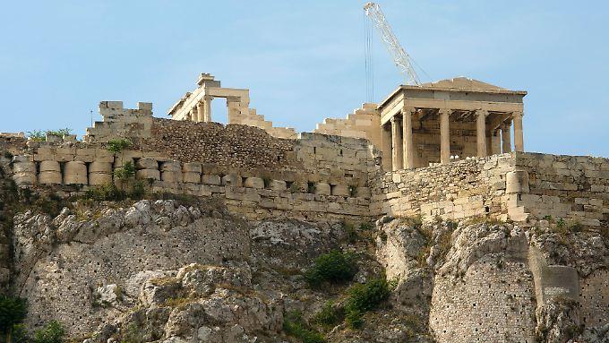 Blick auf das Areal der Akropolis in Athen (Agrippia Monument).