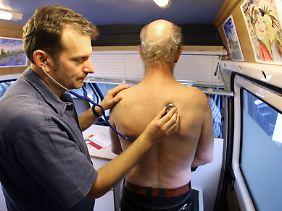 Männer, die sich um ihre Gesundheit kümmern, gelten bisher als schwach. Das soll sich ändern.