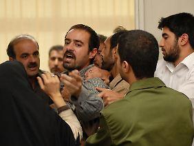 Hodjat (Shahab Hosseini, Mitte) verliert sein Kind und verlangt Genugtuung.