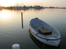 Idyllische Stimmung am Bootsanleger: Touristen kommen vor allem wegen der Ruhe nach Arnis und zum Radfahren, Spazieren und Segeln.