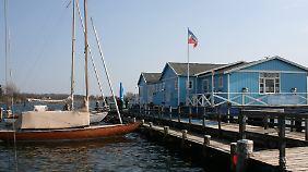 """Restaurant mit Blick aufs Wasser: Die """"Schleiperle"""" ist in einem Gebäude von 1894 untergebracht, das einst als Dampfschiffwartehalle diente."""