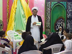 Ein Geistlicher bei der internationalen Koran-Ausstellung in Teheran.