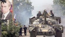 Russische Panzer fahren am 20.08.2008 durch Zchinwali.