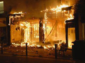 Ein Einkaufszentrum in Woolwich im Südosten Londons brennt völlig aus.