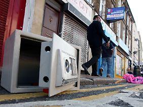 Ein aufgebrochener und ausgeraubter Safe im Croydon.