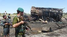Nach dem Luftangriff bewachen Sicherheitskräfte den ausgebrannten Tanklastzug in der Nähe von Kundus.