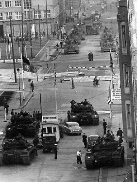 "Am ""Checkpoint Charlie"", Oktober 1961."