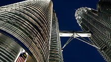 Auf Platz 7 folgen die Petronas Towers in Kuala Lumpur, Malaysia, mit 452 Metern Höhe.