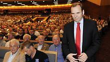 Der Präsident und die Mitglieder. Bernd Hoffmann hat es nicht leicht.