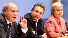 Können den Laden nicht zusammenhalten: Gregor Gysi mit den glücklosen Parteichefs Gesine Lötzsch und Klaus Ernst.