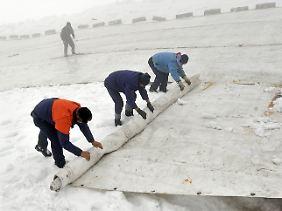 Anpassung der besonderen Art: Anfang Juni wird auf der Zugspitze der Gletscher abgedeckt.