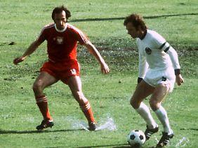 Franz Beckenbauer (r) im Spiel gegen Jan Domarski.