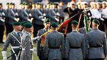 Das Feierliche Gelöbnis von 400 Rekruten vor dem Reichstagsgebäude.