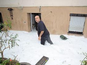 Eine dicke Hagelschicht sorgte auch im saarländischen Heusweiler bei Saarbrücken für ein winterliches Ambiente.