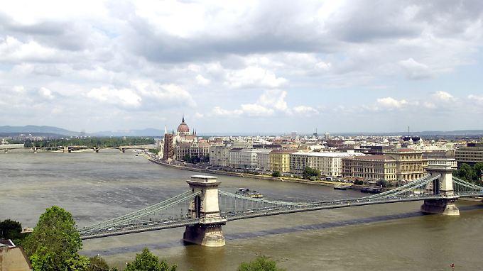 Die Kettenbrücke verbindet die Stadtteile Buda (links) und Pest.