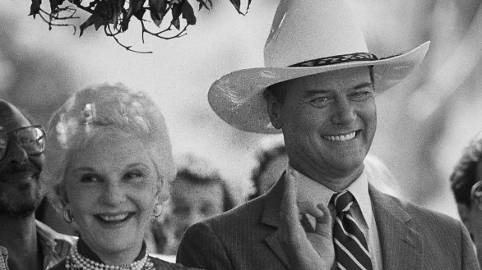 Hagman konnte auch im wahren Leben so lächeln wie J.R. - und seine Mutter ähnelt tatsächlich Miss Ellie.