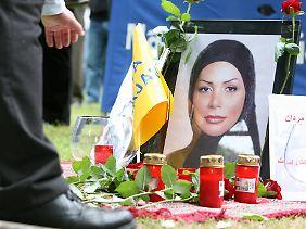 Ein Bild von Neda vor dem Generalkonsulat der Islamischen Republik Iran in Hamburg.