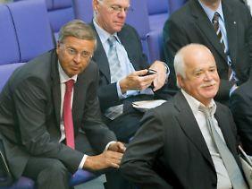 Norbert Lammert (M.) im Kreis der Euro-Kritiker: Links der CDU-Politiker Wolfgang Bosbach, rechts sein CSU-Kollege Peter Gauweiler. Beide stimmten mit Nein, sprachen in der Debatte im Bundestag jedoch nicht.