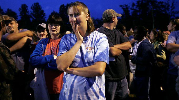 Bereits in der Nacht stehen die Menschen Schlange vor der RAM-Klinik in Wise im Bundesstaat Virginia ...