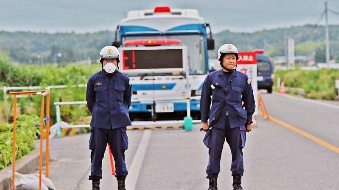 Polizisten bewachen das Gebiet im Umkreis von 20 Kilometern rund um Fukushima