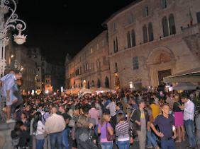 Vor dem Gerichtsgebäude jubeln und protestieren die Massen - je nachdem.