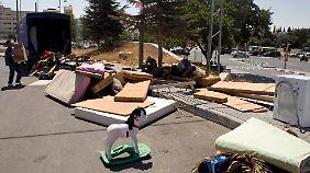 Das Hab und Gut der Palästinenser wurde auf einer Straße abgeladen.