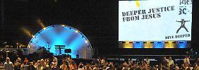 """2008 fand in Leipzig der 15. Baptistische Weltjugendkongress unter dem Motto """"dive deeper"""" (tiefer tauchen) statt. 6500 Teilnehmer aus 89 Ländern nahmen daran teil."""
