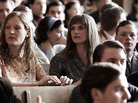 Brave Blusen: Gudrun Ensslin (Mitte) mit ihrer Freundin Dörte (Vicky Krieps) bei einer Vorlesung in Tübingen.