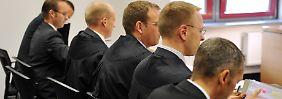 Marsch durch die Instanzen ohne Erfolg: Rechtsanwälte der Investmentbanker Mitte Oktober 2009 vor dem Frankfurter Arbeitsgericht.